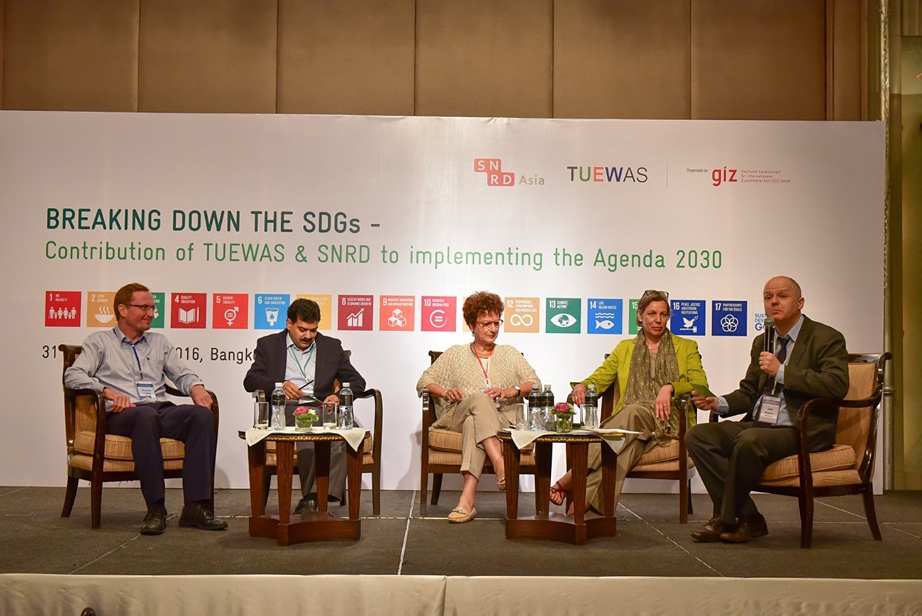 "The panelists discussed and exchanged views with participants on the topic of ""The SDGs --- How to increase integrated thinking?""."