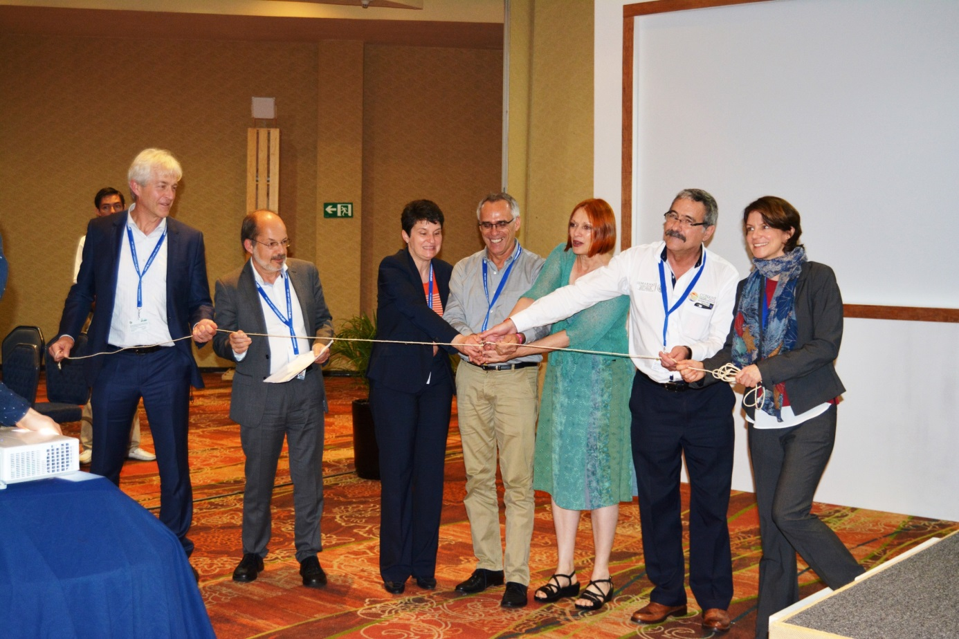 Cutting the ribbon during the official launch of the third thematic portal of the PANORAMA platform (left to right: Arno Sckeyde, GIZ; Harald Lossack, GIZ; Tanja Gönner, GIZ; Trevor Sandwith, IUCN; Elsa Nickel, BMUB; Ignacio March, CONANP; Ilona Porsché, GIZ) © GIZ